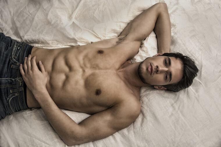 Muškarac u krevetu, Shutterstock