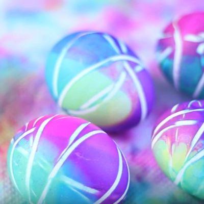 Kako da ofarbate jaja gumicom: Prugasta čarolija na uskršnjoj trpezi! (VIDEO)