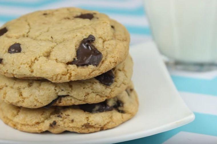Hrskavi, jeftini i preukusni: Kako da napravite čokoladne kolačiće za 15 min! (VIDEO)