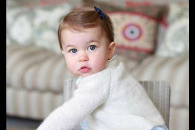 Nove fotografije princeze Šarlot obišle svet: Ne liči na roditelje, već samo na njega! (FOTO)
