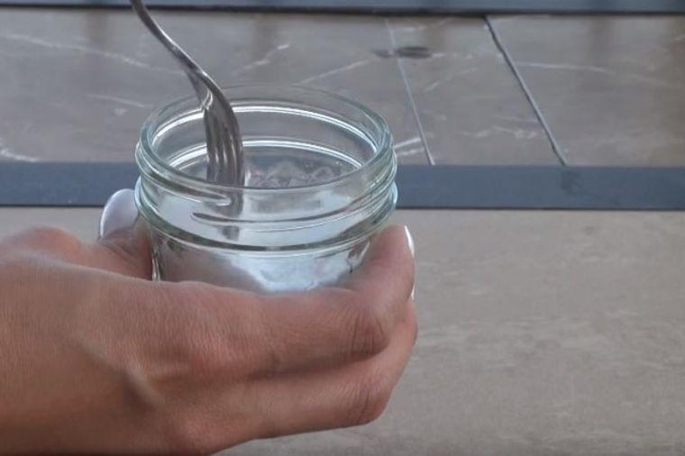 Pre nego što dođu gosti, ona stavi ovo u sobu: Genijalan trik za vaš dom! (VIDEO)