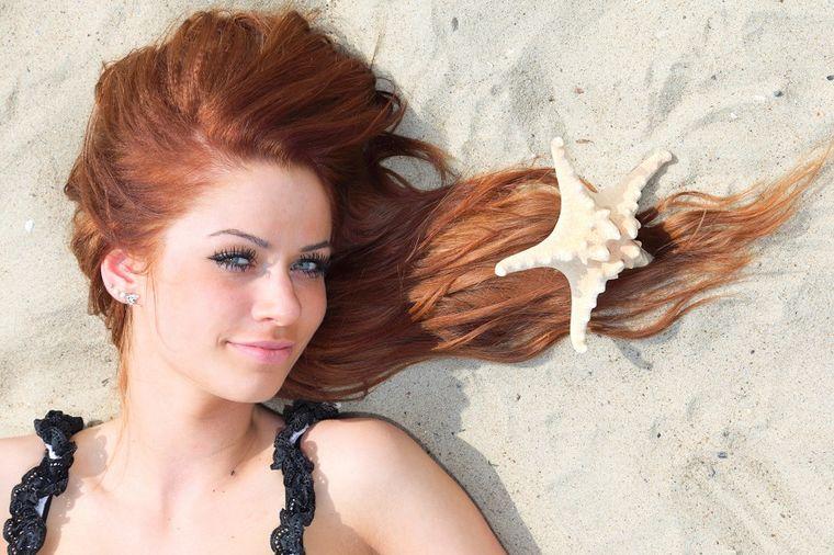 Izdrobite aspirin, pa utrljajte u kosu: Magija koja će vas oduševiti!