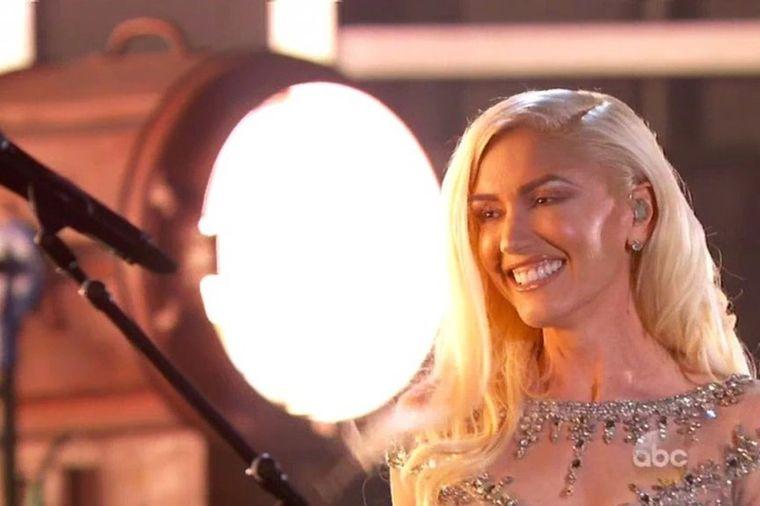 Pojavila se drugačije našminkana: Publika nije prepoznala slavnu pevačicu! (FOTO)
