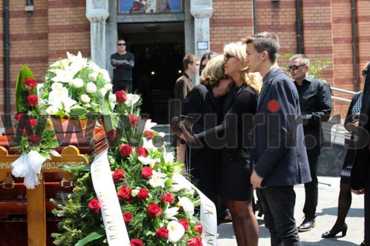 Lula Živojinović u suzama ispratila Batu: Nije mogla da se odvoji od ljubavi svog života (FOTO)