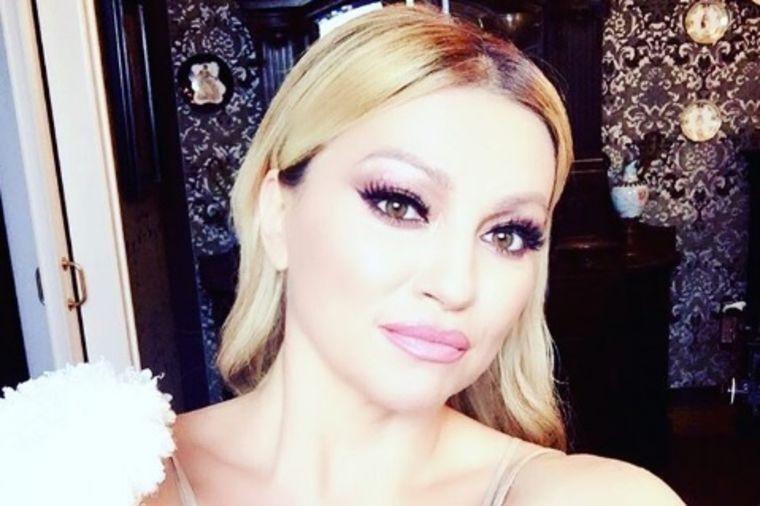 Nini Badrić mogu svi da zavide: Ovo je njen potpuno prirodan izgled u 43. godini! (FOTO)