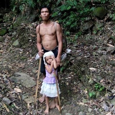 Da ti srce pukne: Bosonoga ćerkica (5) vodi slepog oca na posao! (VIDEO)