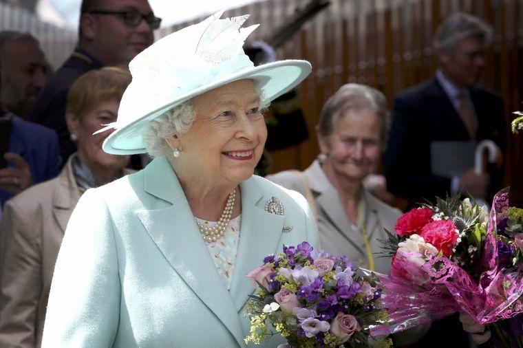 Bez njega kraljica ne može: Elizabetin omiljeni nakit, tako jednostavan, a upečatljiv! (FOTO)
