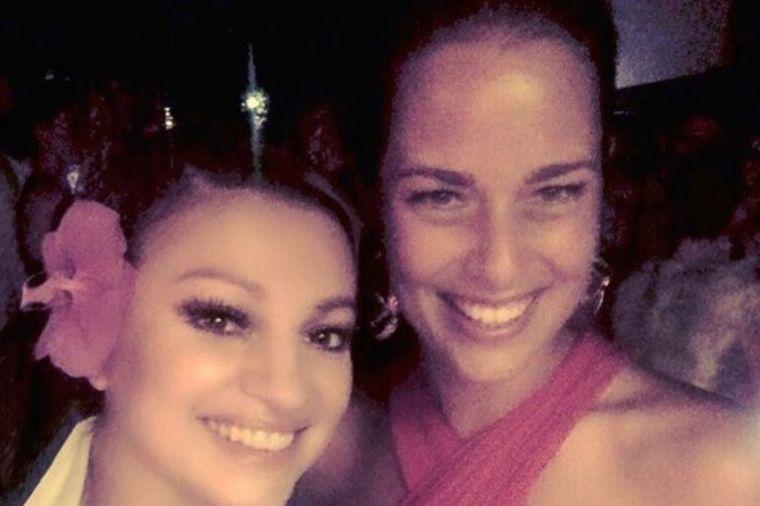 Nina Badrić pevala na Aninoj svadbi: Ponosna sam što sam ovde! (FOTO)