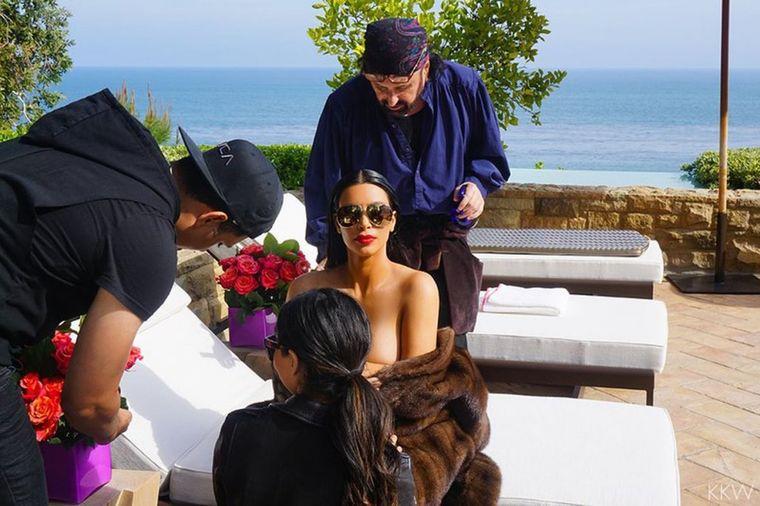 Evo šta se krije iza seksi fotografije Kim Kardašijan!