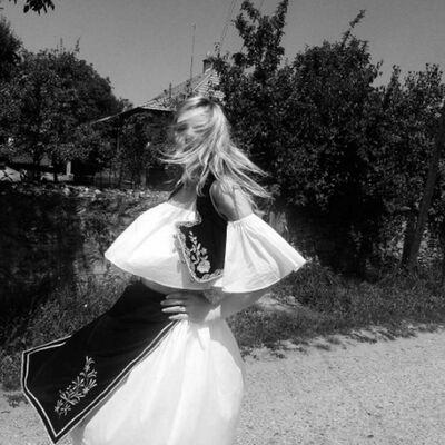 Svetski model u srpskoj narodnoj nošnji: Ponosi se svojim korenima! (FOTO)