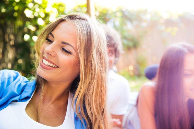 Devojka se smeje