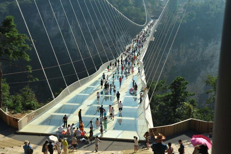 Otvoren najduži stakleni most na svetu: Prošetajte 300 metara iznad ambisa! (...