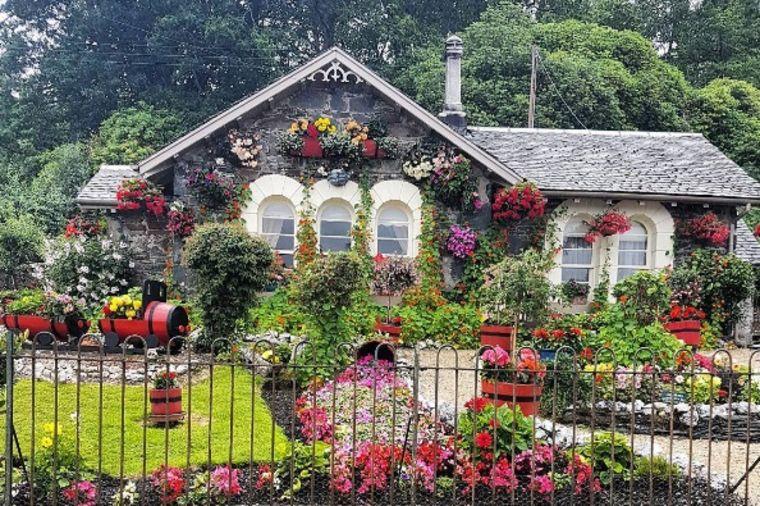 Kupili propalo dvorište puno šiblja i korova: Nakon 16 godina, ovo je najlepša bašta na svetu (FOTO)
