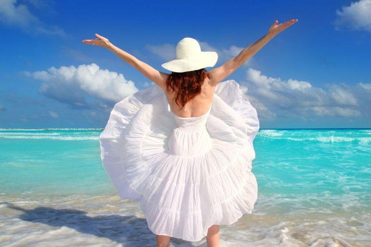 Bela haljina: Neizostavan deo letnje garderobe koji stoji svakoj ženi(FOTO)