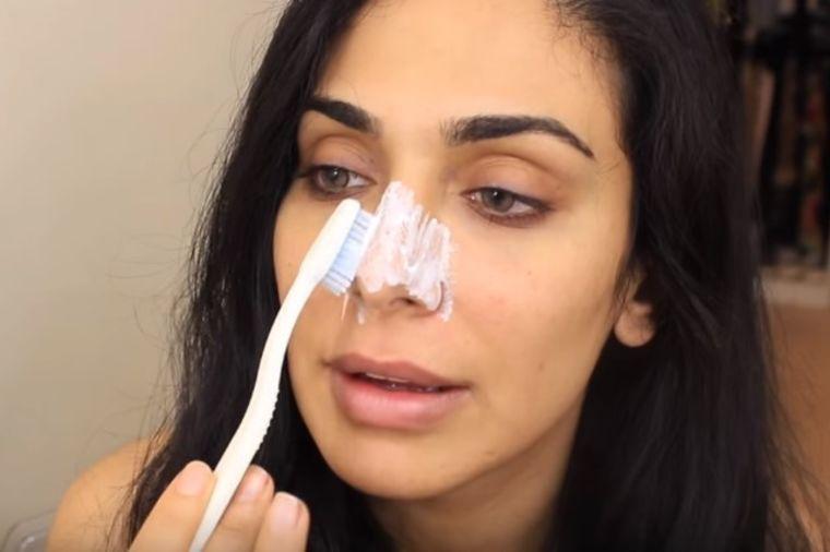 Četkicom za zube istrljala je nos: Otkrila je zlata vredan trik! (VIDEO)