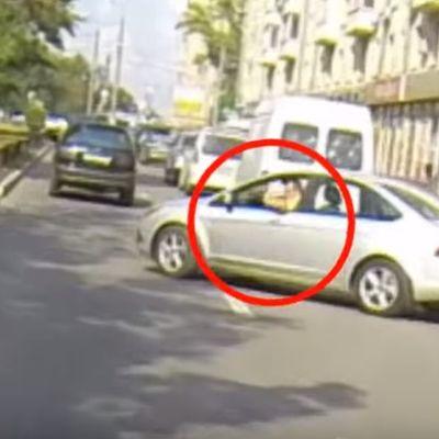 Izbacio đubre iz kola na ulicu: Motorista ga naučio životnu lekciju! (VIDEO)