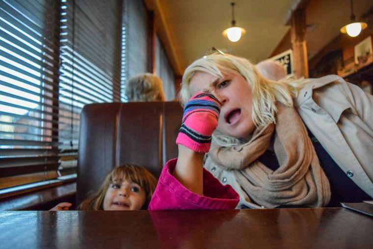 Dokle ćemo da trpimo vašu decu? Nevaspitani mališani divljanjem oterali goste iz kafića!