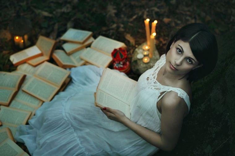 Devojka čita knjige