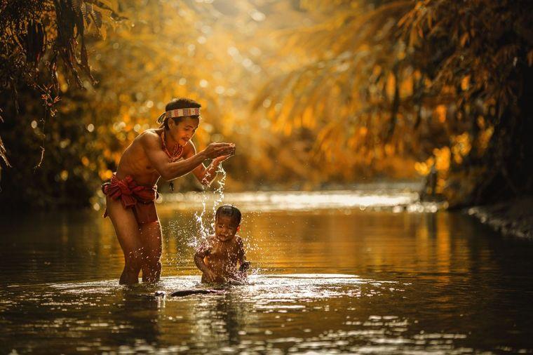Kod njih vlada zakon porodice: U plemenu Mentavai žive najsrećniji ljudi na svetu! (FOTO)