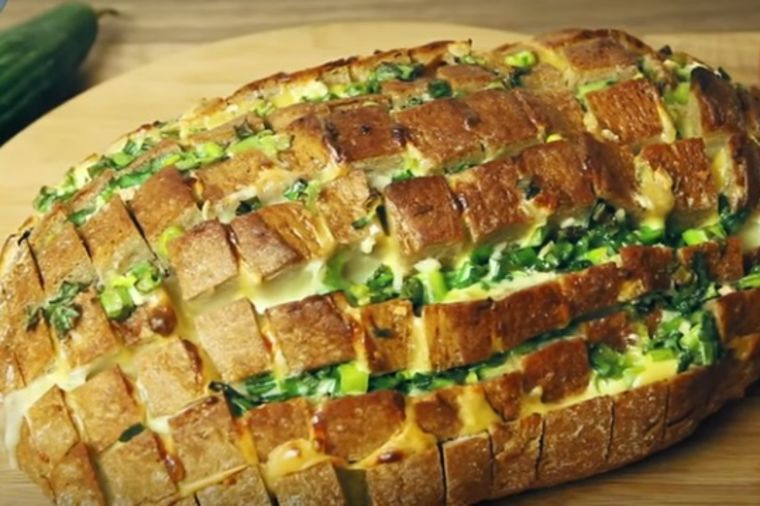 Stari hleb pun kačkavalja, belog luka i šunke: 100 puta bolji od pice! (RECEPT)