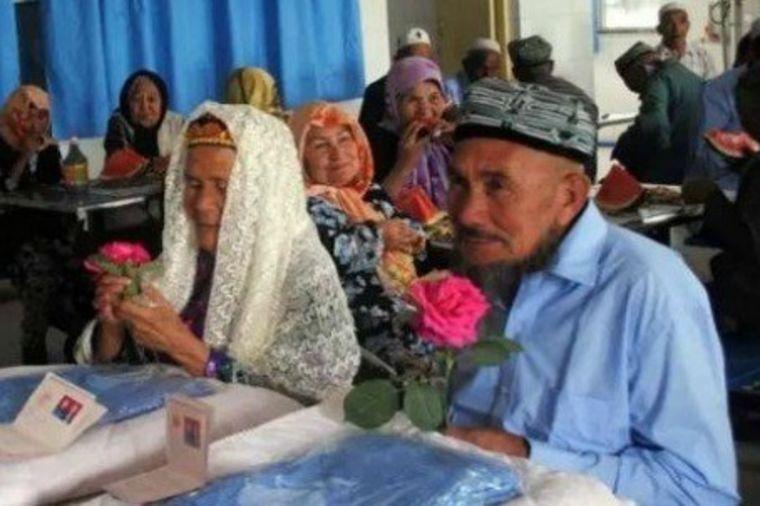 Baka (114) upoznala dedu (71) u staračkom domu, pa se venčali: Razlika u godinama im ne smeta!(FOTO)