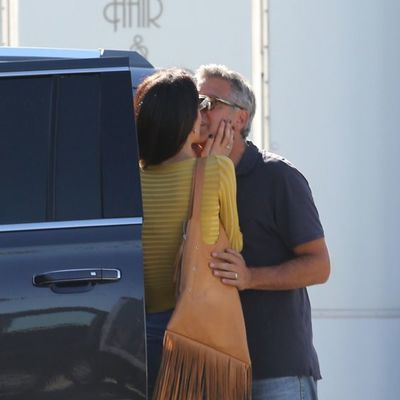 Presreće muža po filmskim setovima i tajno ga ljubi: Svi su u neverici gledali Amal Kluni! (FOTO)