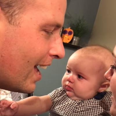 Ljubomorna beba je gledala poljubac mame i tate: Njena reakcija je nasmejala ceo svet! (VIDEO)