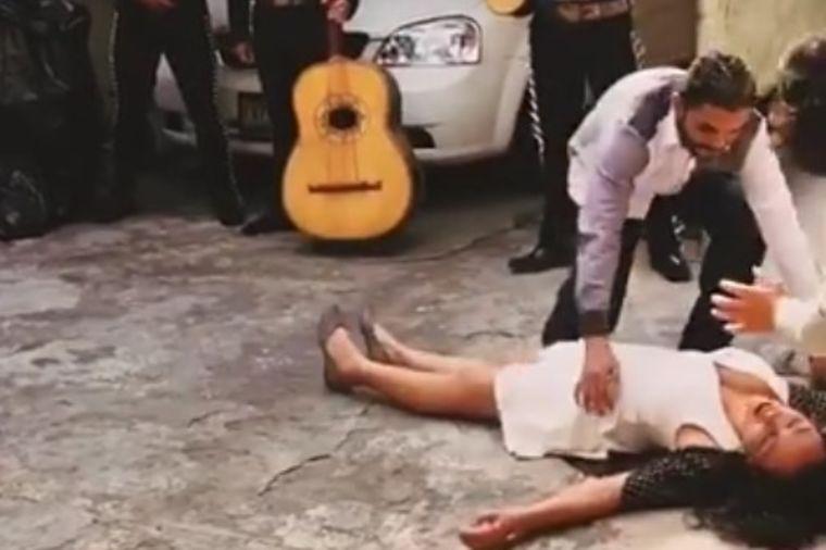Zbog prosidbe pala s nogu, ali bukvalno: Snimak koji je nasmejao milione! (VIDEO)