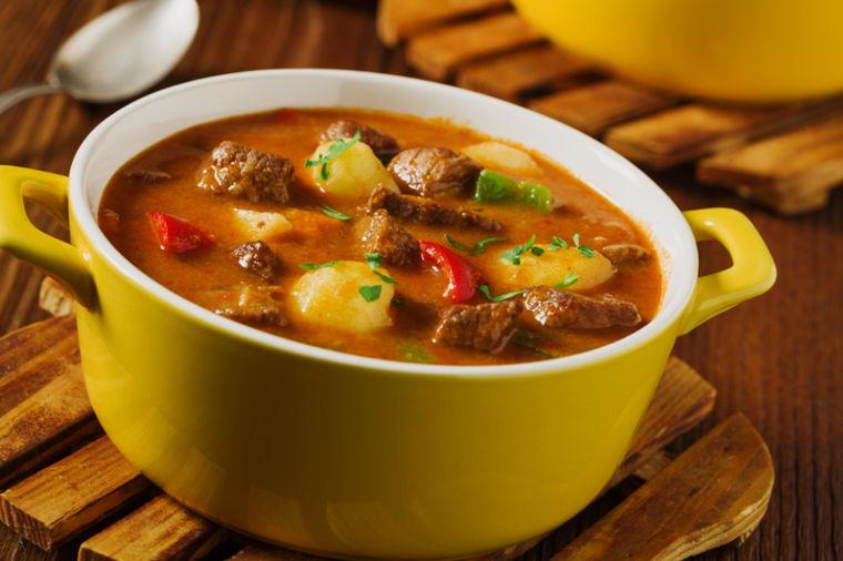 Mađarski goveđi gulaš sa paprikom i krompirom: Obavezan u kuvaru svake domaćice! (RECEPT)