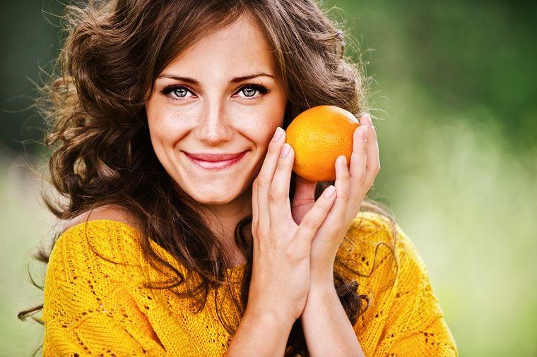 Korom pomorandže istrljajte lice i zube: Zapanjujući efekat!