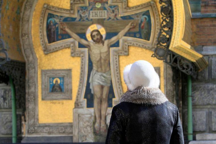 Žena u crkvi