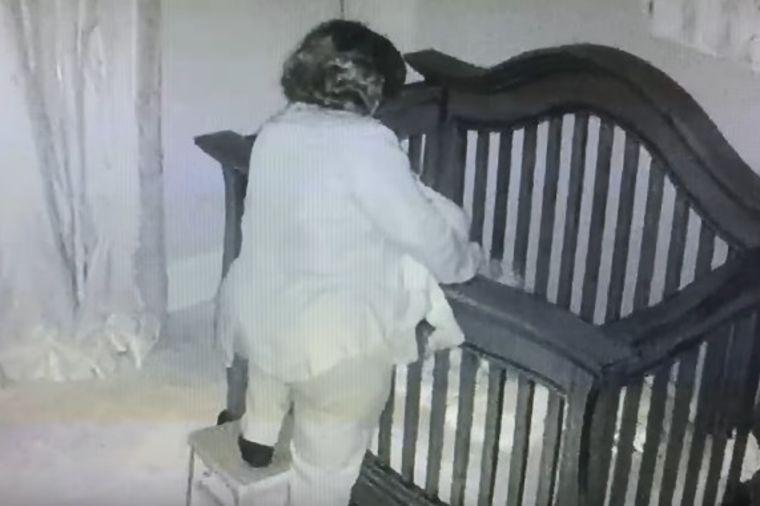 Baka krenula da uspava unuku: U sekundi postala internet senzacija! (VIDEO)