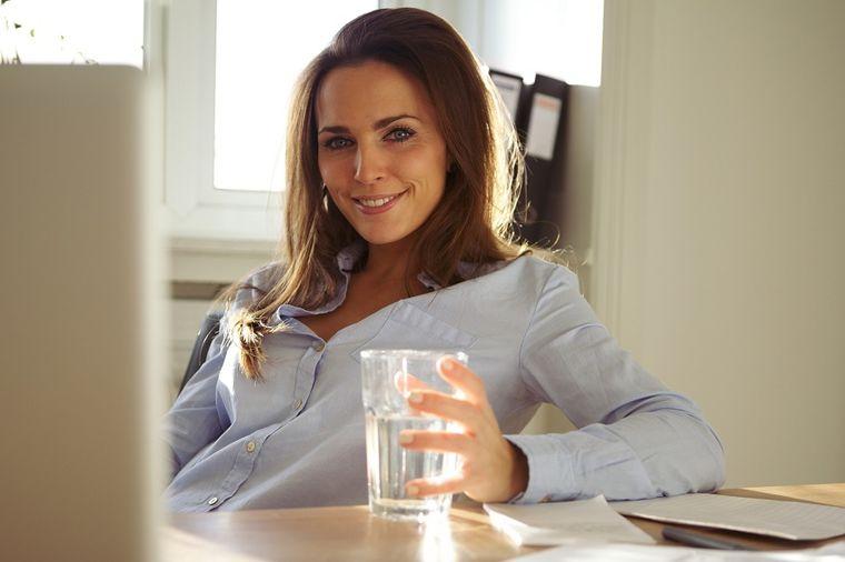 Svakog jutra popijte čašu zlatne vode: Popravlja sve, od glave do pete! (RECEPT)