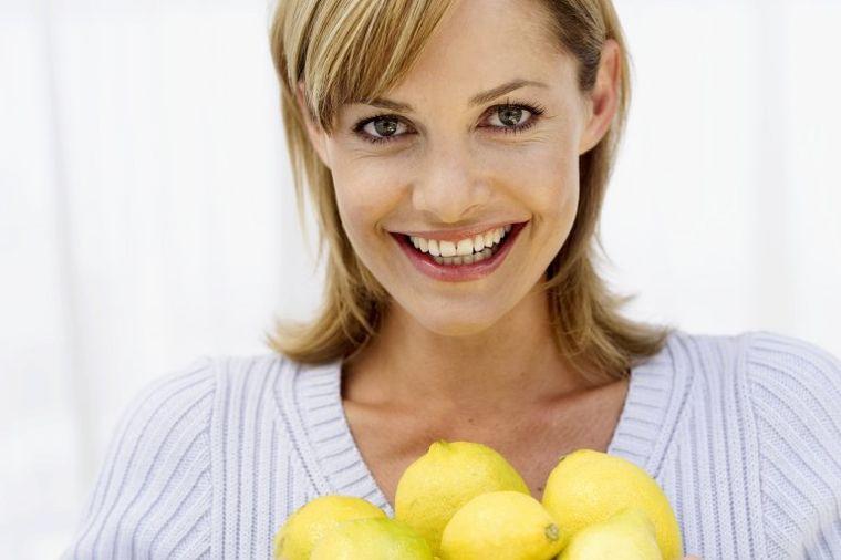 Skuvajte 4 cela limuna u šerpi: Tečnost pijte svaki dan 3 nedelje! Razlog je sjajan! (VIDEO)