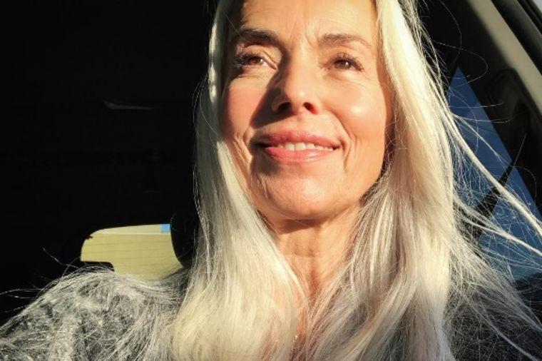 Ima 61 godinu, a kožu nežnu i glatku kao devojka: Neguje se najjednostavnijim preparatom na svetu!