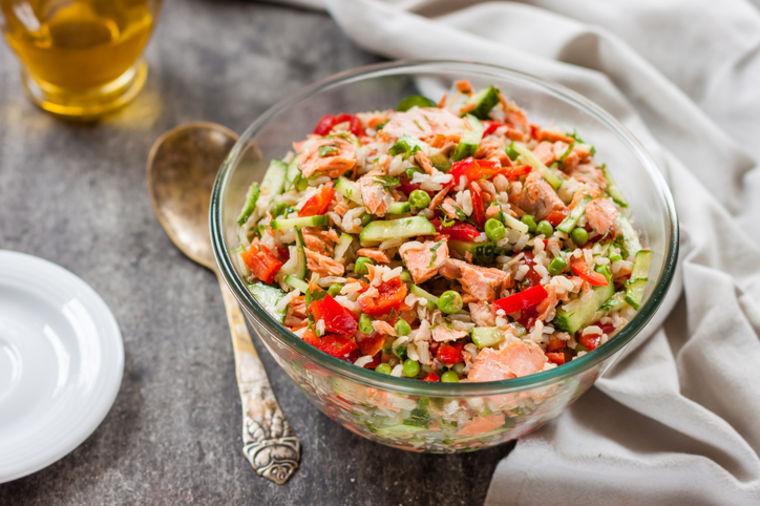Najukusniji dodatak posnoj trpezi: Šarena salata sa pirinčem i tunjevinom! (RECEPT)