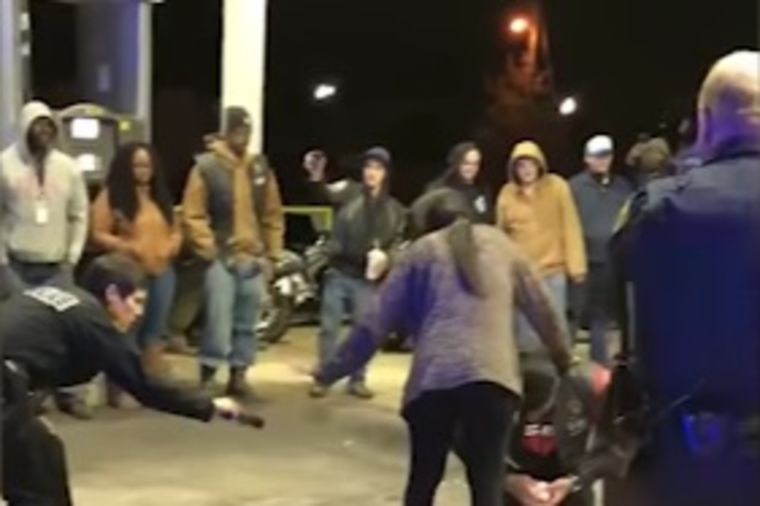 Policajci, puške i jedna zbunjena devojka: Prosidba koju će ceo svet pamtiti! (VIDEO)