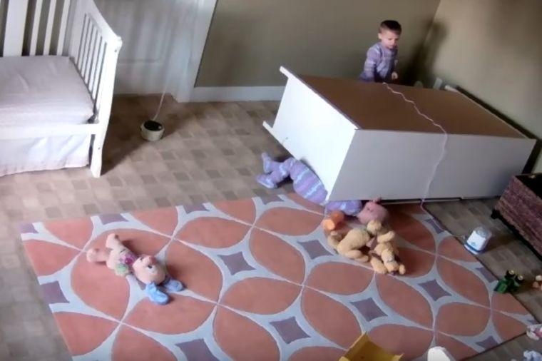Roditelji postavili kameru u sobu blizanaca (2): Snimak im sledio krv u žilama! (VIDEO)