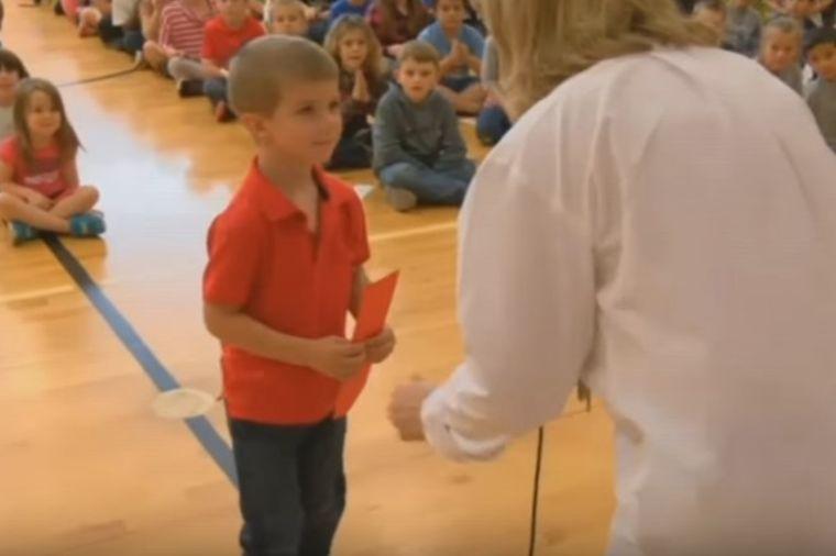 Dečak (5) dobio nagradu u vrtiću: Pravo iznenađenje čekalo ga iza leđa! (VIDEO)