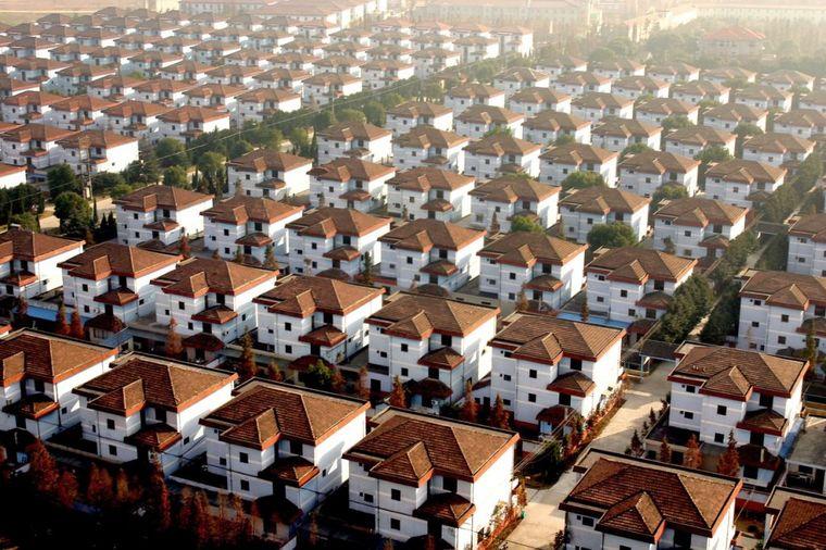 Selo bogataša: Svi žive u vilama, voze se helikopterom, ne znaju šta će od para! (VIDEO)