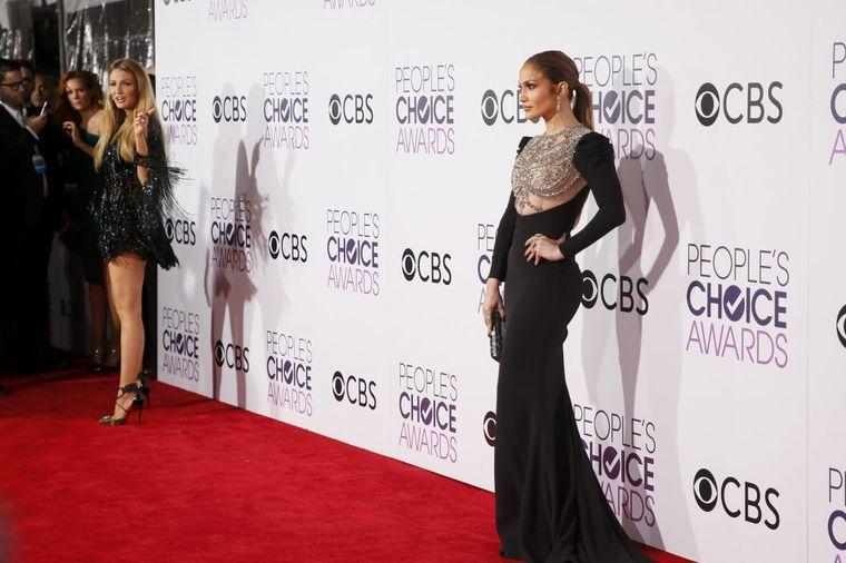 Glamur na crvenom tepihu People's Choice Awards: Poznate dame na visini zadatka!