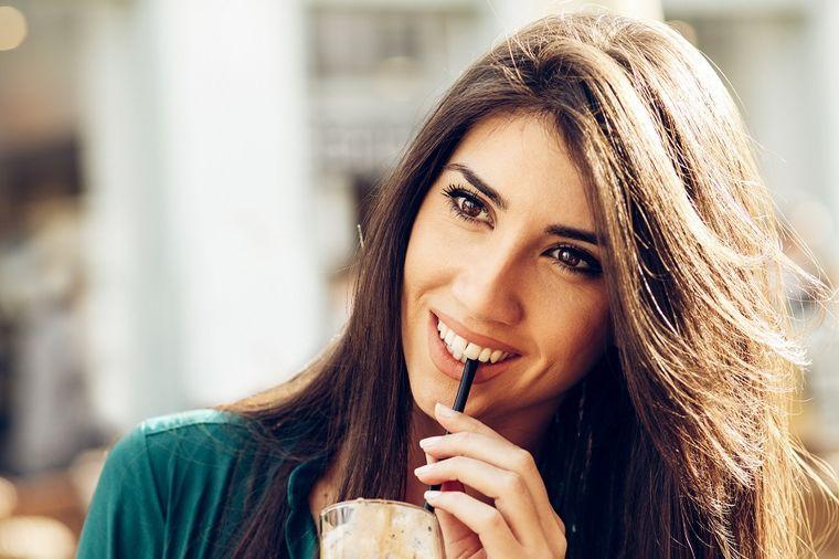Kašičicu šećera dodajte u šampon: Savet stručnjaka oduševio žene širom sveta!
