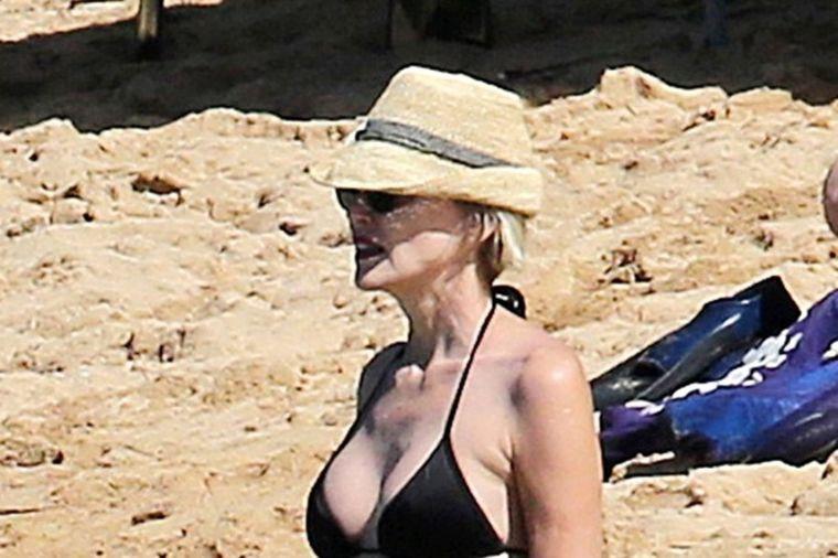 Šeron Stoun u bikiniju oduvala mlađe koleginice: Ponosna na svoje telo u 59. godini! (FOTO)
