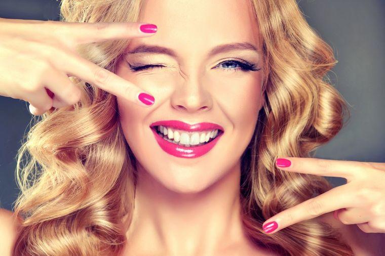 U čep od flaše stavite 6 kapi laka za nokte: Trik kojim se služe samo zavodnice! (VIDEO)