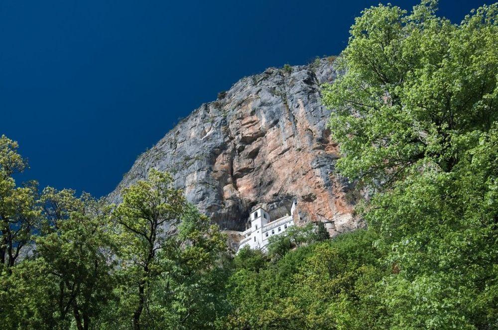 Mošti svetitelja nalaze se na planini Ostrog do koje je nekada bilo veoma teško doći. Ljudi su na poklonjenje pešačili do manastira po nekoliko dana, što mnogo govori i o veri i o poštovanju Svetog Vasilija Ostroškog. Foto: Profimedia