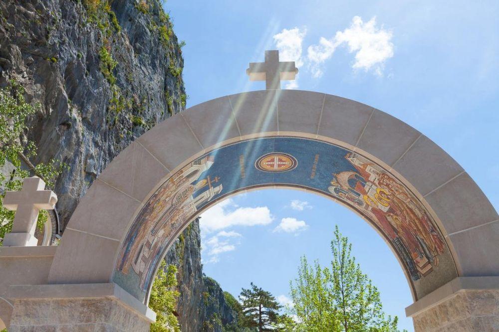 Ovde se čuda svakodnevno dešavaju. Svaka osoba koja je posetila Ostrog ima svoju ličnu priču vezanu za isceljenje, ukazivanje svetitelja ili ispunjenje želje. Foto: Profimedia
