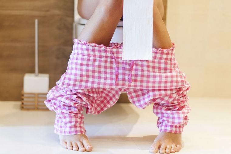 Može da izazove hemoroide i rak debelog creva: Na wc šolji svi sedimo u najgorem položaju!