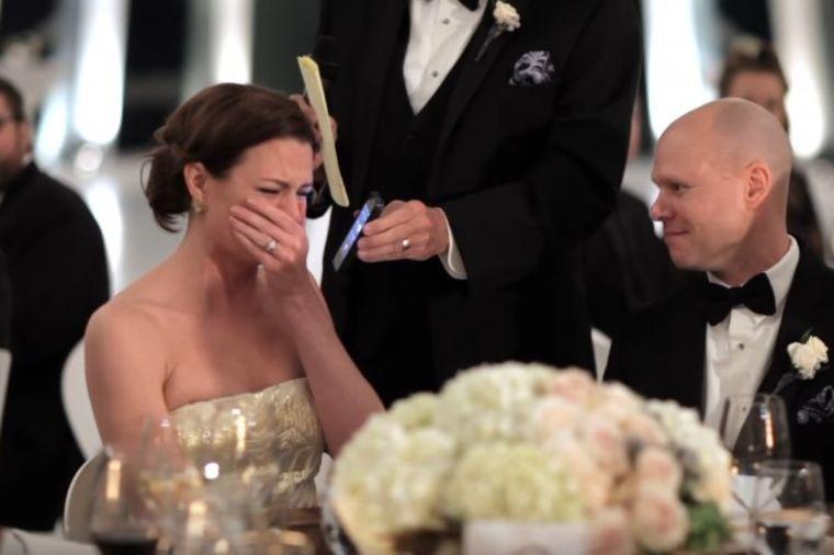 Otac mlade počeo da drži govor na venčanju: Priredio joj šok zbog kojeg se rasplakala! (VIDEO)