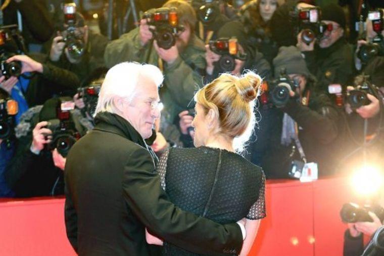 Usrećila ga 34 godine mlađa devojka: Otkrivena tajna veza slavnog glumca! (FOTO)