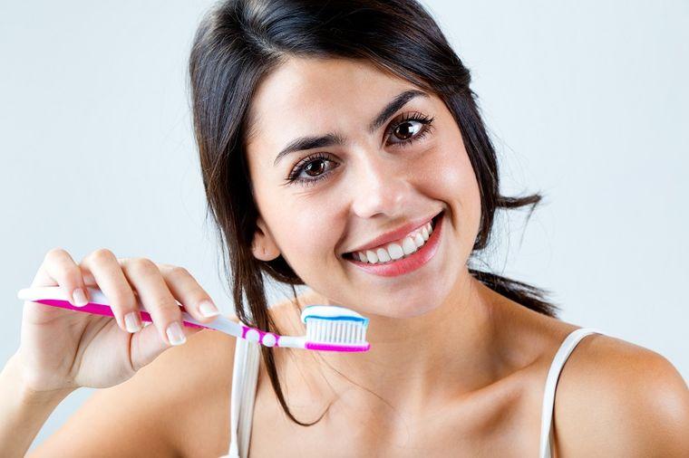 Očistite četkicu za zube od naslaga bakterija i prljavštine: Čuva zdravlje, štedi novac!